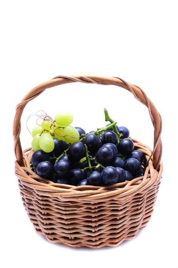 Panier avec des raisins images libres de droits