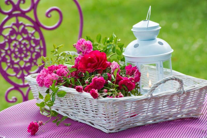 Panier avec des roses images stock