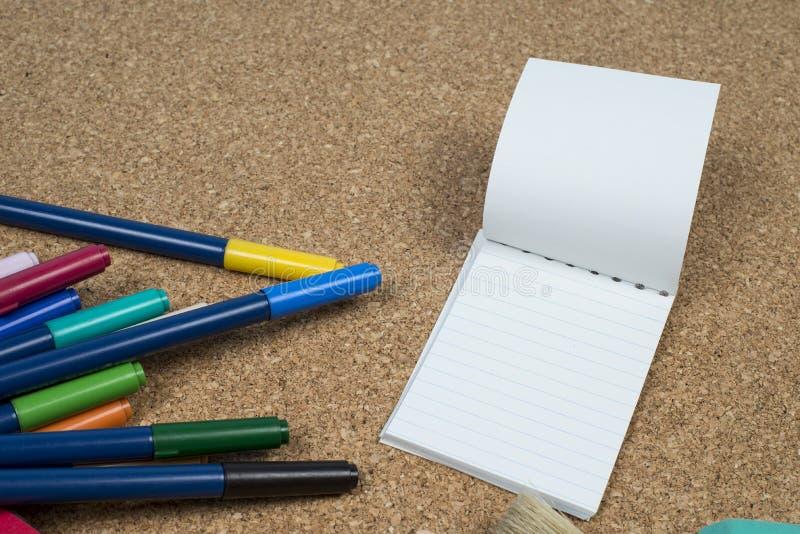 panier avec des stylos de fabricants images libres de droits