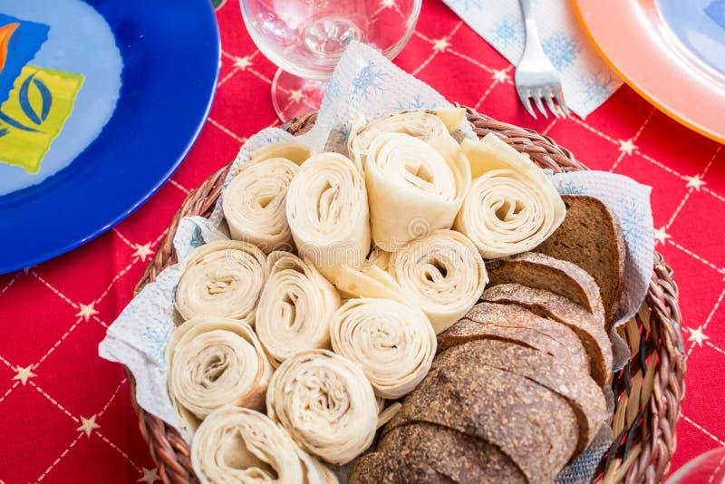 Panier avec du pain de seigle et lavash sur la table photo stock