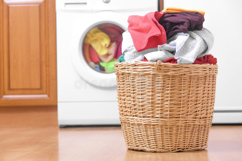 Panier avec la blanchisserie et la machine à laver images libres de droits