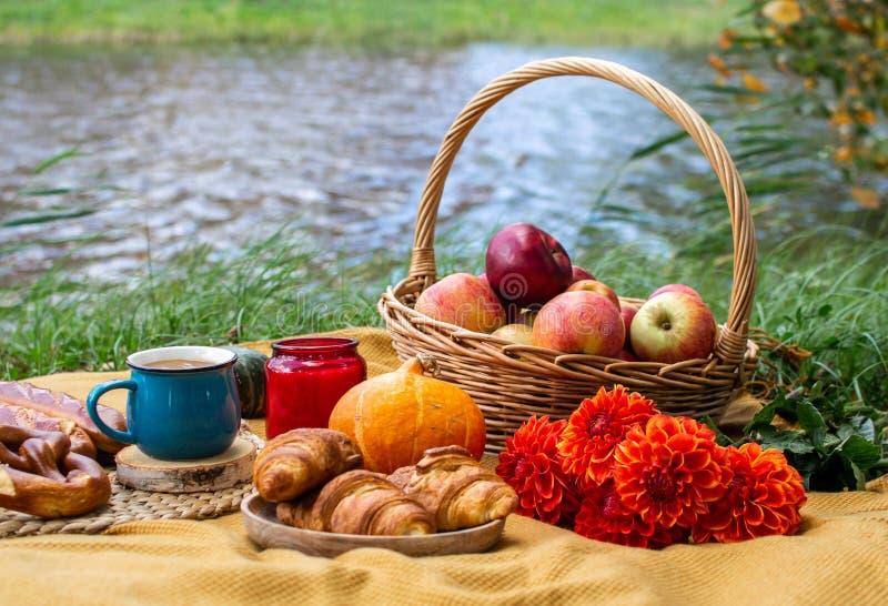 Panier avec la boulangerie Autumn Picnic de nourriture images stock