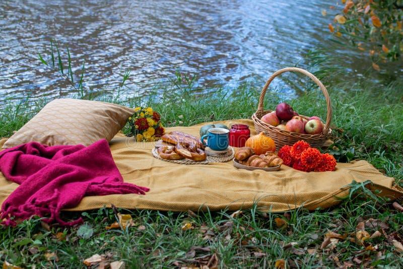 Panier avec la boulangerie Autumn Picnic de nourriture photo stock