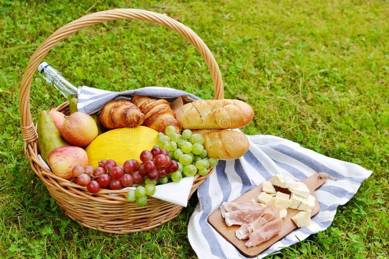Panier avec le pique-nique de boulangerie de fruit de nourriture images stock