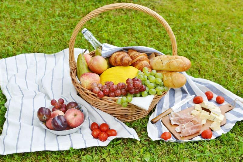 Panier avec le pique-nique de boulangerie de fruit de nourriture photo stock