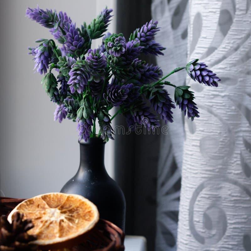 Panier avec les éléments décoratifs sur le rebord de fenêtre Dans le panier des fleurs sèches, orange, agrume, épices Dans un noi image stock