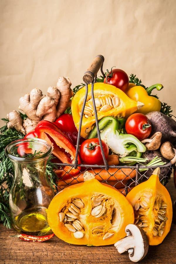 Panier avec les légumes et le potiron organiques saisonniers de récolte de divers automne au fond de mur, vue de face Nourriture  image stock