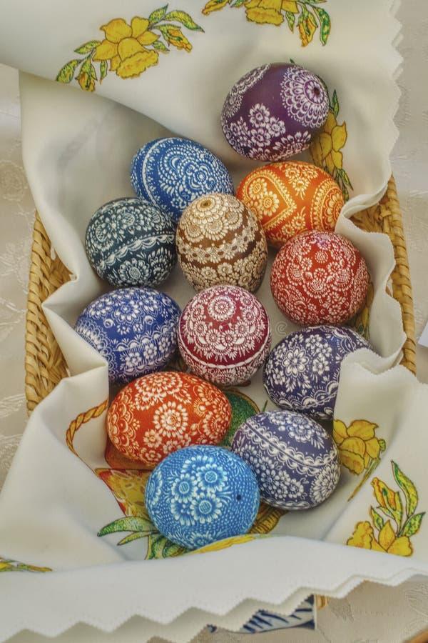 Panier avec les oeufs de pâques colorés préparés pour décorer la table de Pâques photo libre de droits