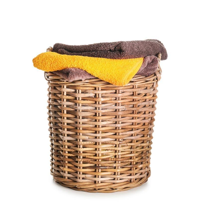 Panier avec les serviettes molles propres sur le fond blanc images libres de droits
