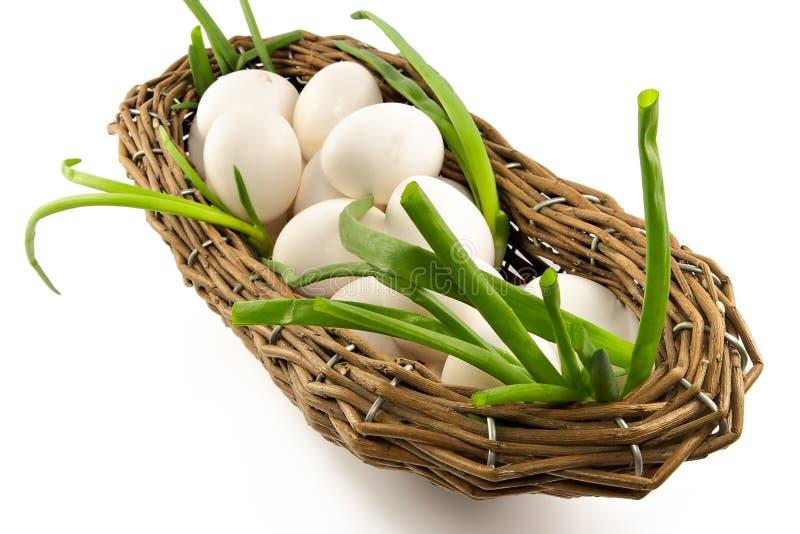 Panier avec oignons et oeufs photographie stock