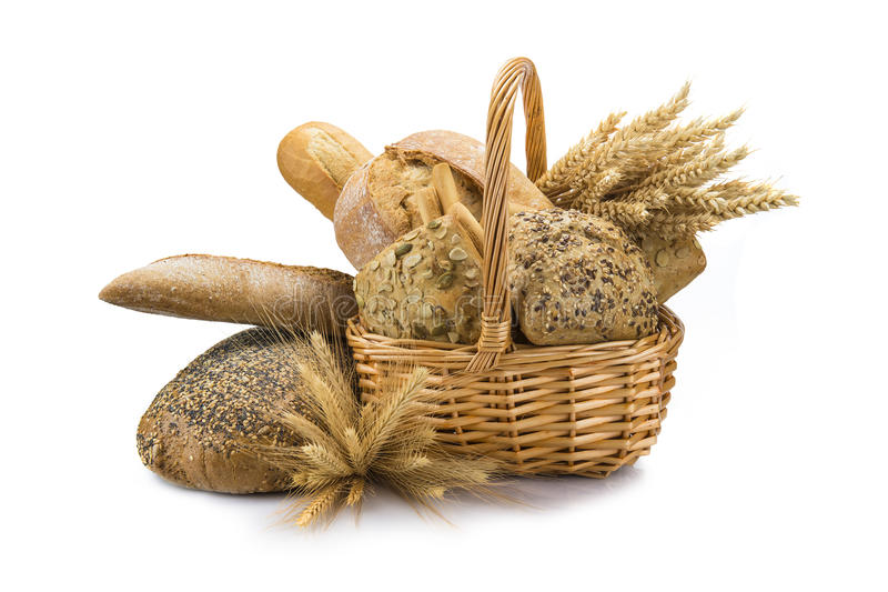 Panier avec un assortiment de pain d'isolement sur le blanc image stock