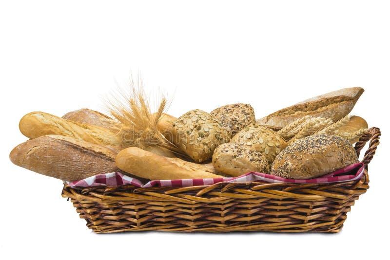 Panier avec un assortiment de pain d'isolement sur le blanc images libres de droits