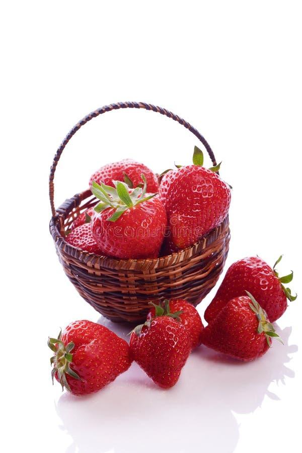 Panier complètement de la fraise rouge fraîche photo stock