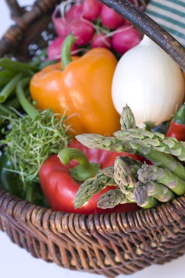 Panier complètement des légumes photo libre de droits