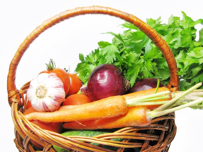 Panier complètement des légumes images stock