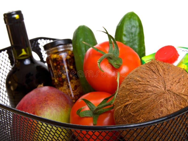 Panier complètement des légumes colorés frais photographie stock libre de droits
