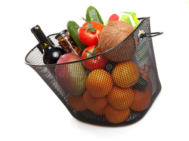 Panier complètement des légumes colorés frais photo stock