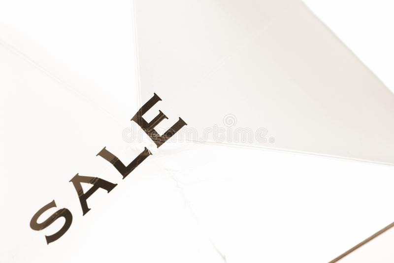 Panier con la venta de la palabra en el lado del bolso fotografía de archivo libre de regalías