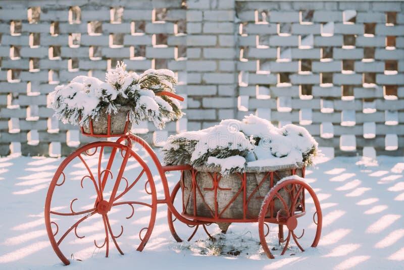 Panier décoratif d'Old Bicycle Equipped de modèle de vintage de pin Milou photographie stock