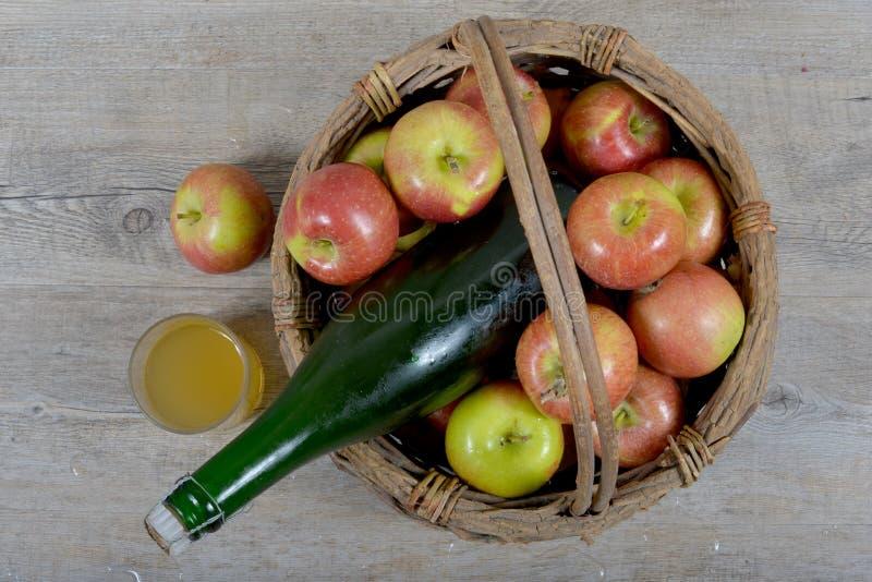 Panier d'Apple et bouteille de cidre. photo libre de droits