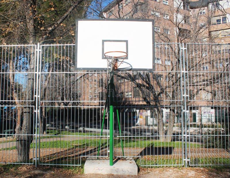 Panier de basket-ball avec le filet cassé images stock