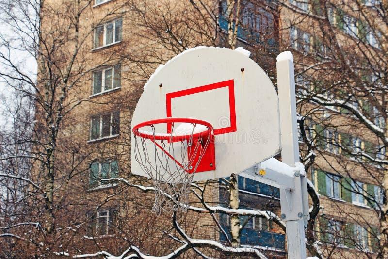 Panier de basket-ball pendant la tempête de neige photos stock