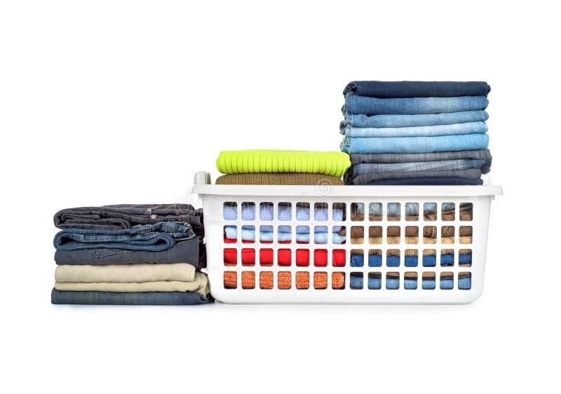 Panier de blanchisserie avec les vêtements pliés photos stock