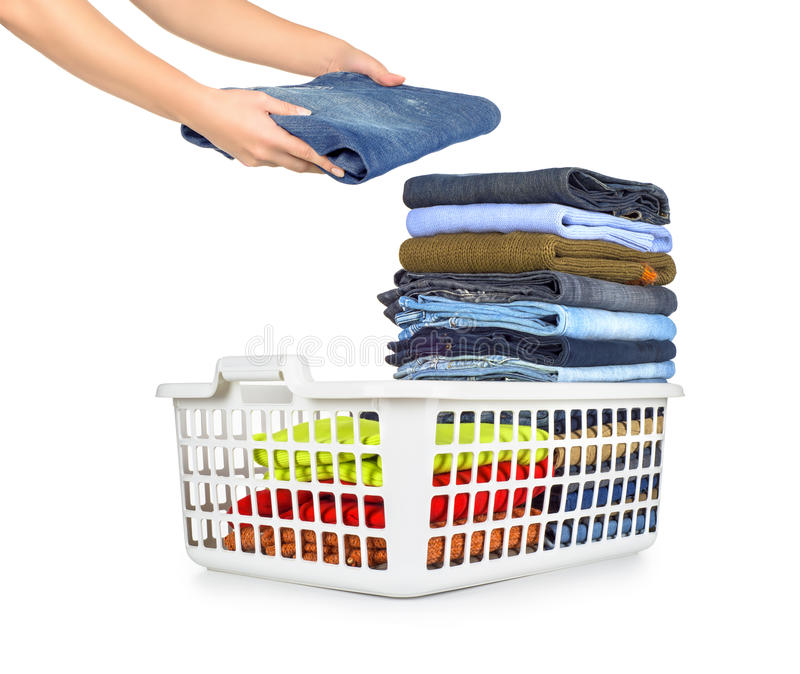 Panier de blanchisserie avec les vêtements pliés photo libre de droits