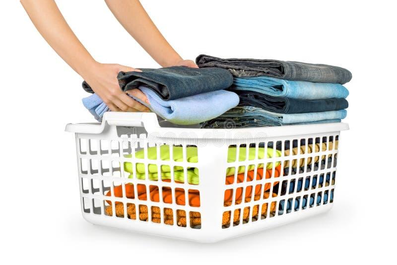 Panier de blanchisserie avec les vêtements pliés images libres de droits