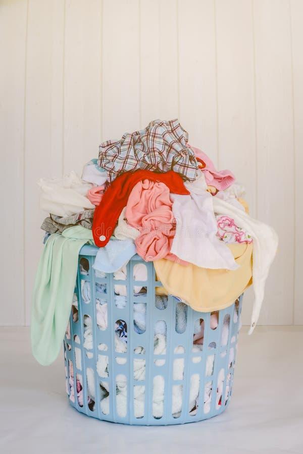 Panier de blanchisserie de débordement Concept de travail du ménage photos libres de droits