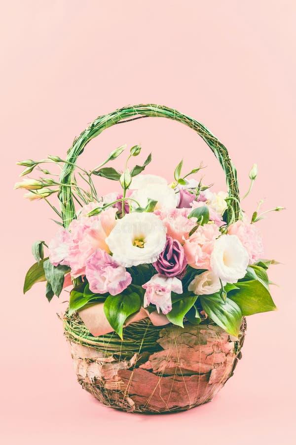Panier de bouquet de fleur photographie stock libre de droits