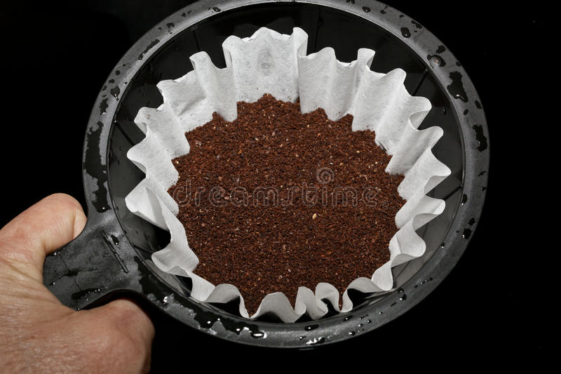 Panier de Brew avec le cafè moulu frais photographie stock libre de droits