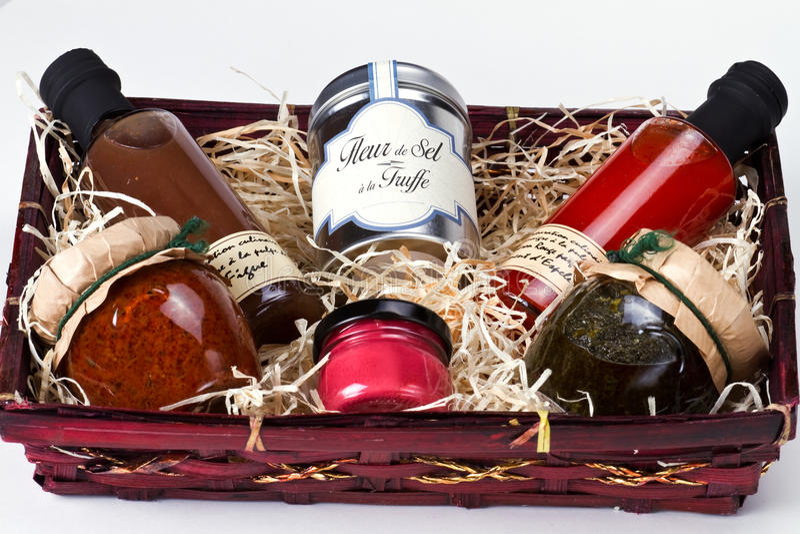 Panier de cadeau avec les condiments et les sauces gastronomes. photographie stock