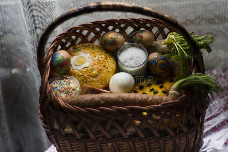 Panier de fête des plus grandes vacances de Pâques d'Ukrainien image stock