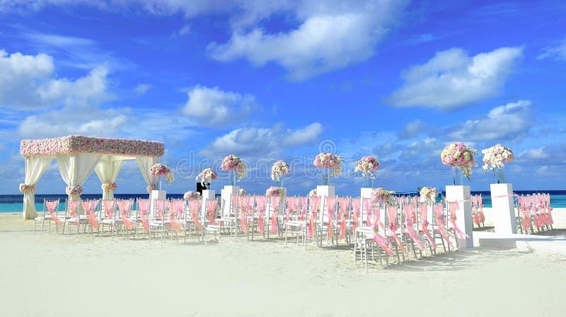 Panier de fleur de mariage, coquille d'anneau et juste tableau marié, photo libre de droits