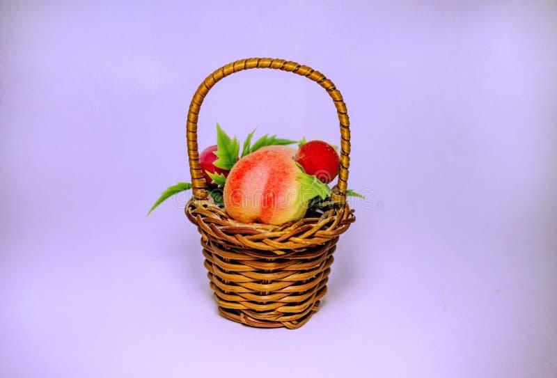 Panier de fruit et de fleur photos libres de droits