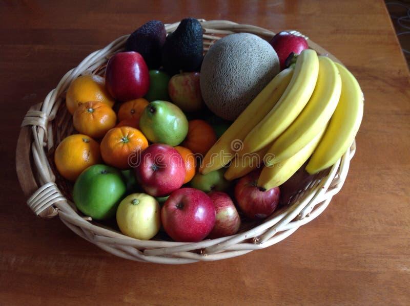 Panier de fruits images stock