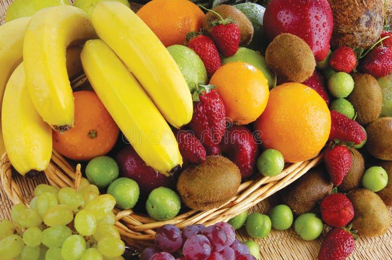 Panier de fruits et légumes images libres de droits