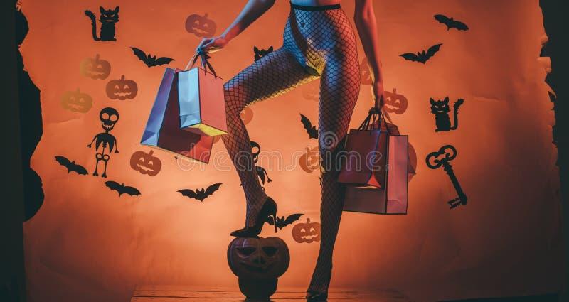 Panier de Halloween en la muchacha con las piernas atractivas imagen de archivo