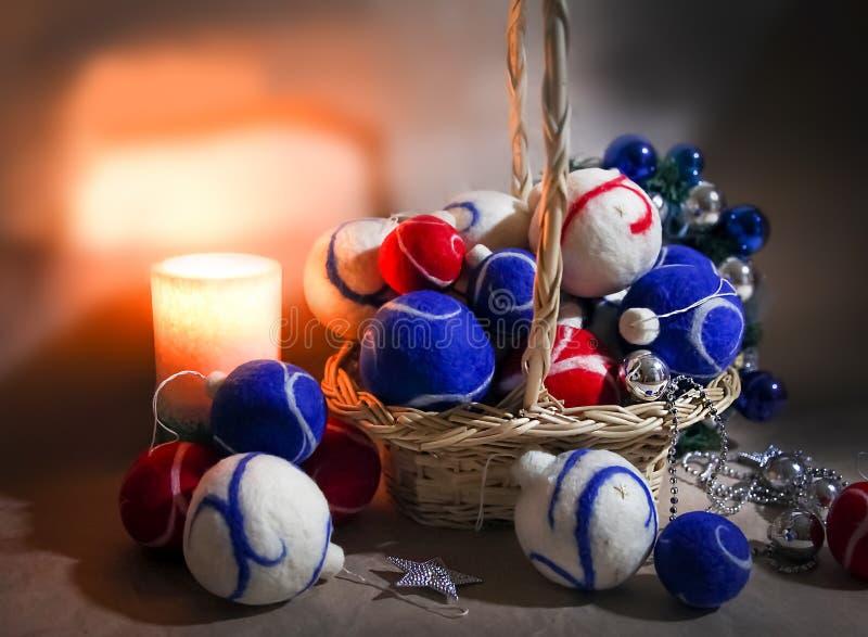 Panier de Noël avec des décorations - boules faites de feutre et verre photographie stock libre de droits