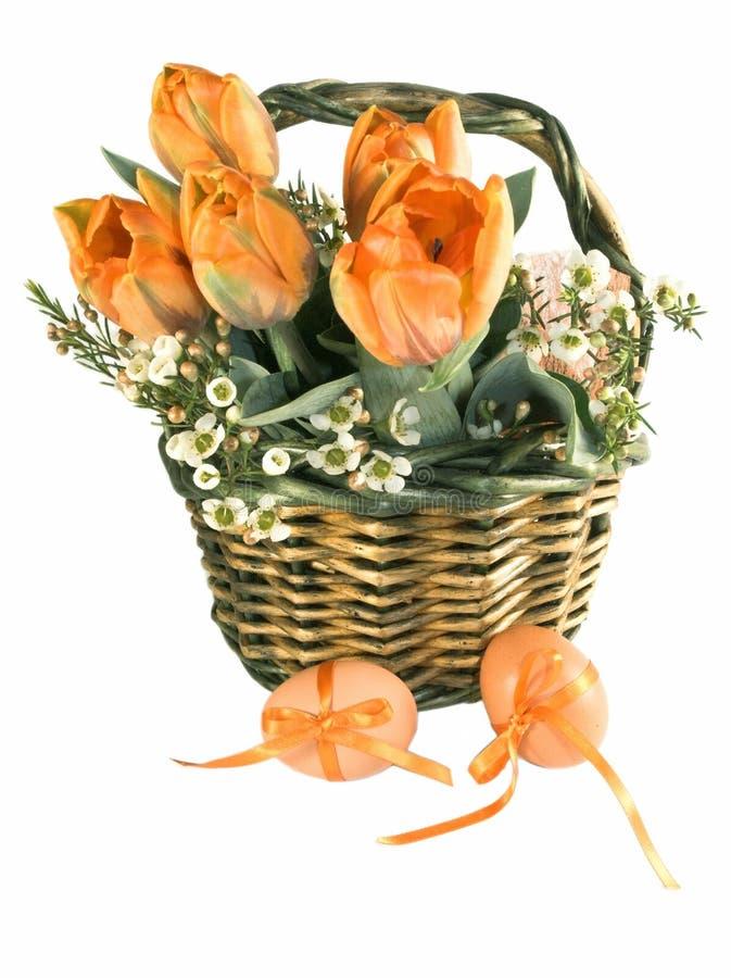 Panier de Pâques avec des oeufs image stock