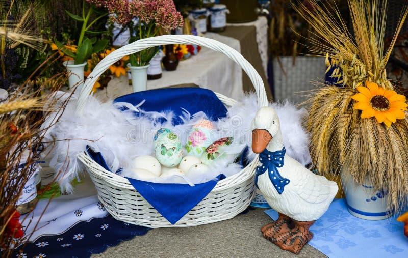 Panier de Pâques avec l'oie vers le bas image stock