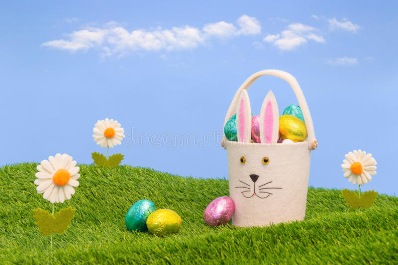 Panier de Pâques complètement des oeufs de chocolat. images stock