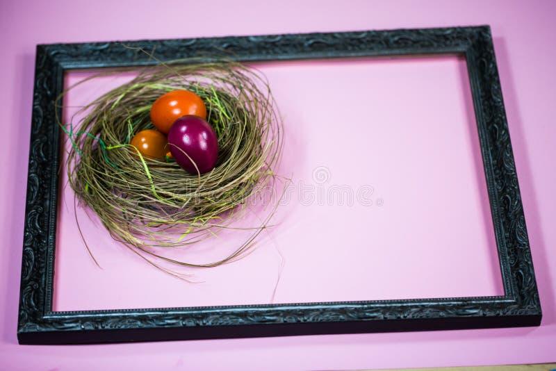 Panier de Pâques dans le cadre de tableau, fond rose image libre de droits