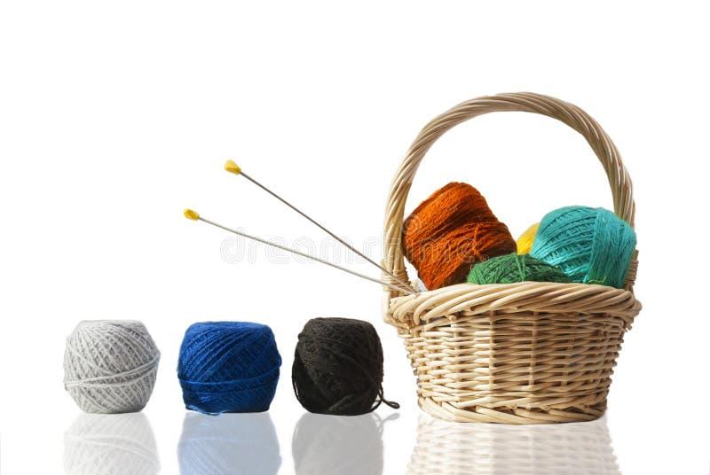 Panier de paille avec des laines photos stock