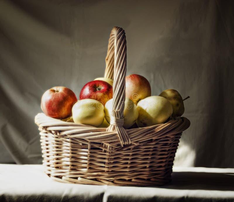 Panier de paille avec des pommes image stock