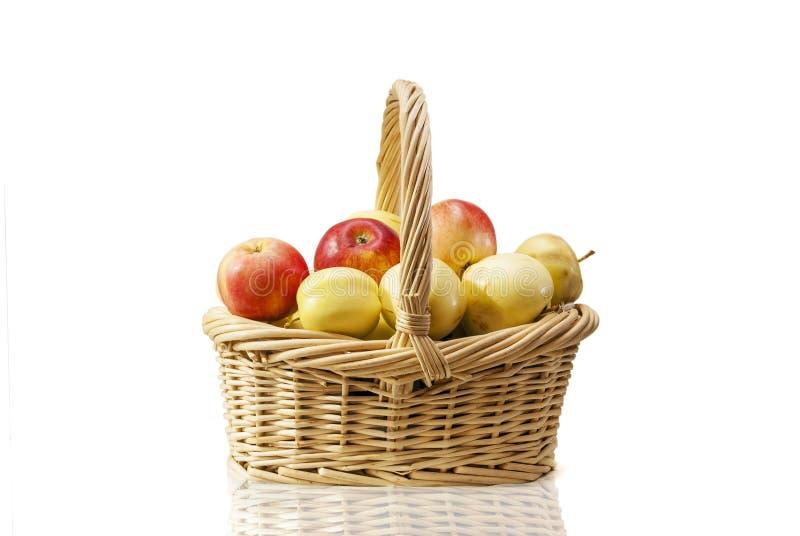 Panier de paille avec des pommes photo stock