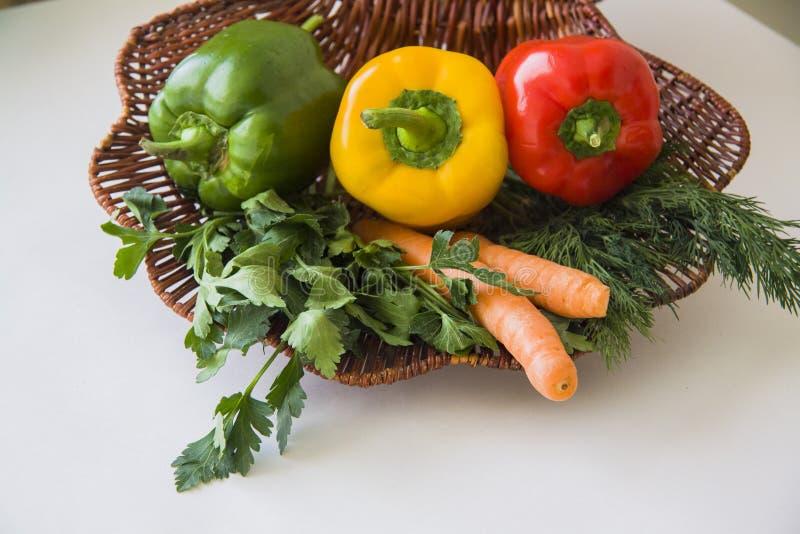 Panier de paille de vitamine image stock