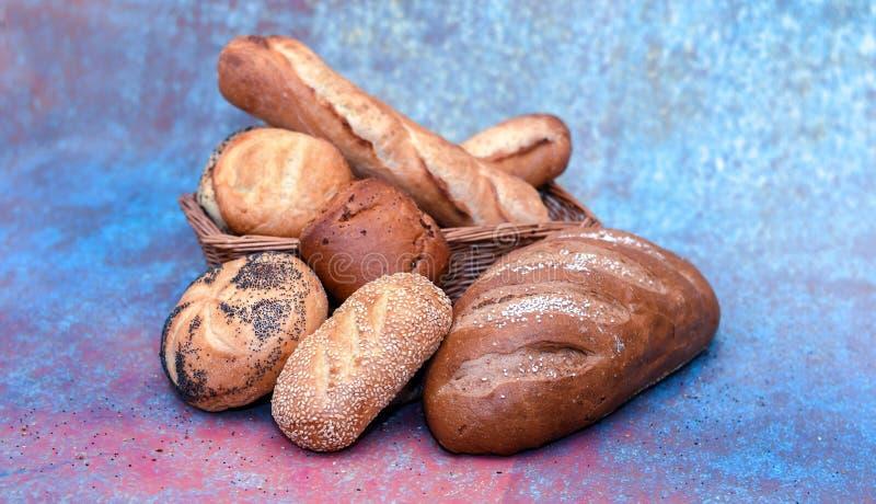 Panier de pain avec des pains assortis photographie stock libre de droits