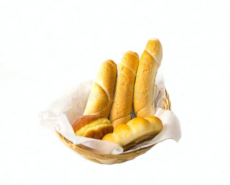 Panier de pain avec la petite baguette française et les butées toriques savoureuses images stock